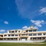 那覇空港から約1 時間。沖縄県伊計島にあるN高等学校の本校