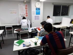 熱心に学習する生徒たち