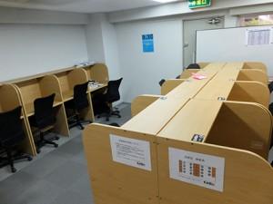 シンプルで清潔な自習室