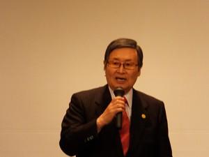 本部相談役の筒井勝美 氏(英進館)。 宮園教授の講演のあと、ぜひノーベル賞をとってほしいとエールを送った。
