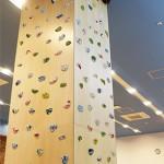 教室内に設置された 高さ約4mのボルダリングウォール