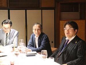懇親会から参加した成基コミュニティグループの佐々木喜一 代表(右)