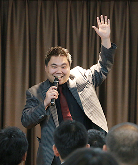 マジックを披露しながら講演した(株)マジックポット・前田真孝 代表