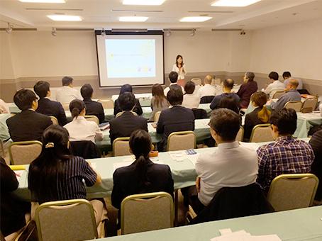 会場には学習塾経営者・学校関係者が集まった