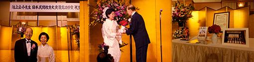 [左]奥様と一緒に [中]奥様に真っ赤なバラをプレゼント