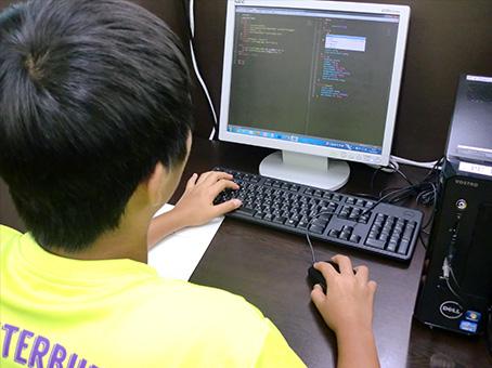 夢中になってプログラミングを 学ぶ子ども