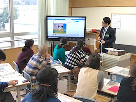 平山小学校の先生方にプログラミング学習の研修も行っている