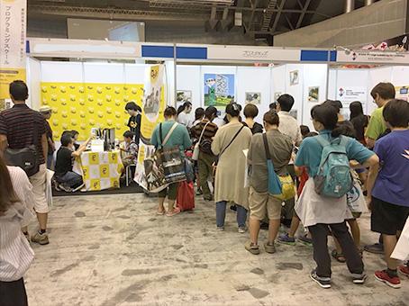 東京ゲームショウで出展した様子 [左]他社ブース [右]プロスタキッズ