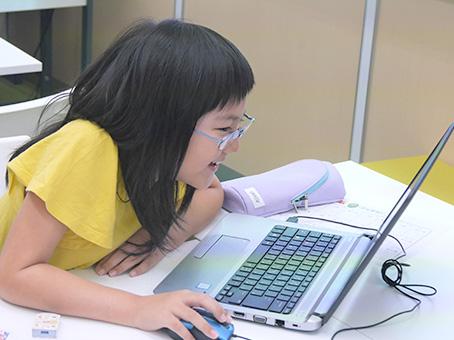 嬉しそうにプログラミングを学習する子ども