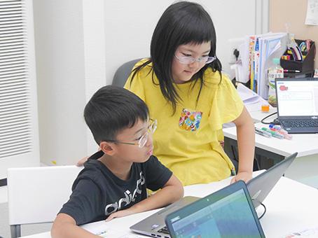 教え合いながらプログラミングを学ぶ生徒たち