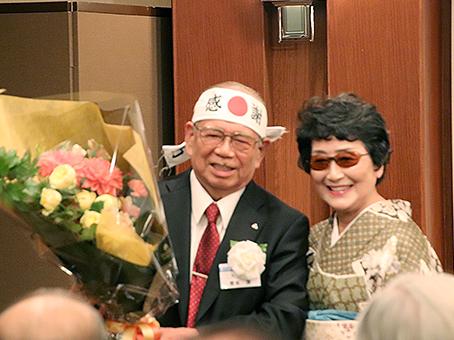 山本チヨヱ 氏(NPO 法人全国家庭教育支援センター 理事長)が青木氏に花束贈呈