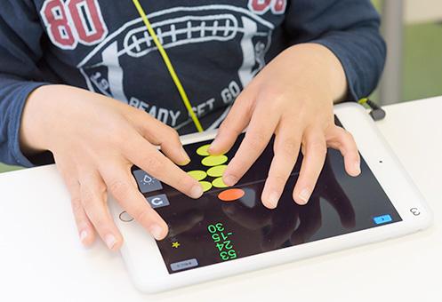 iPadに両手でタッチしてイメージ暗算を身につける