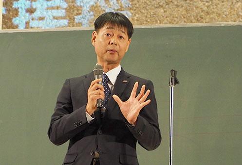 開会の挨拶を述べる野田塾・三輪宏 塾長