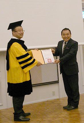 「栄誉教授」の称号が贈られたアイ・ラーニングの加納滋徳 代表(右)
