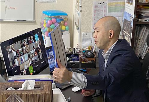 オンラインでクイズ大会を行う個別指導Qの笠木誠氏