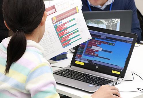 初級コースでプログラミングを学ぶ生徒